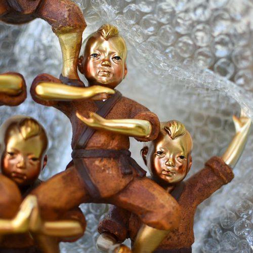 Embalaje de piezas delicadas y artísticas en burbujas.