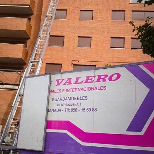 Plataforma elevadora de hasta 31 metros (10 pisos). Pioneros en obtener la plataforma de mayor longitud de Granada.