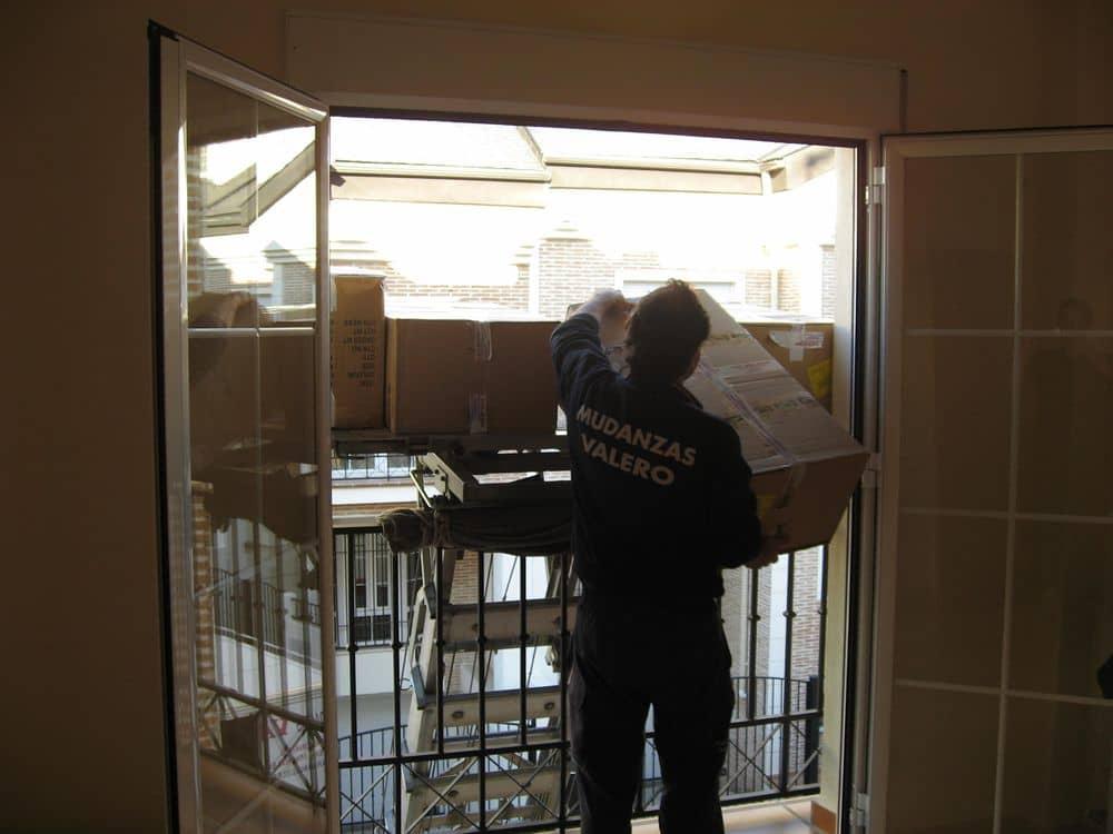 Descarga de embalajes desde la plataforma elevadora al interior de las viviendas.